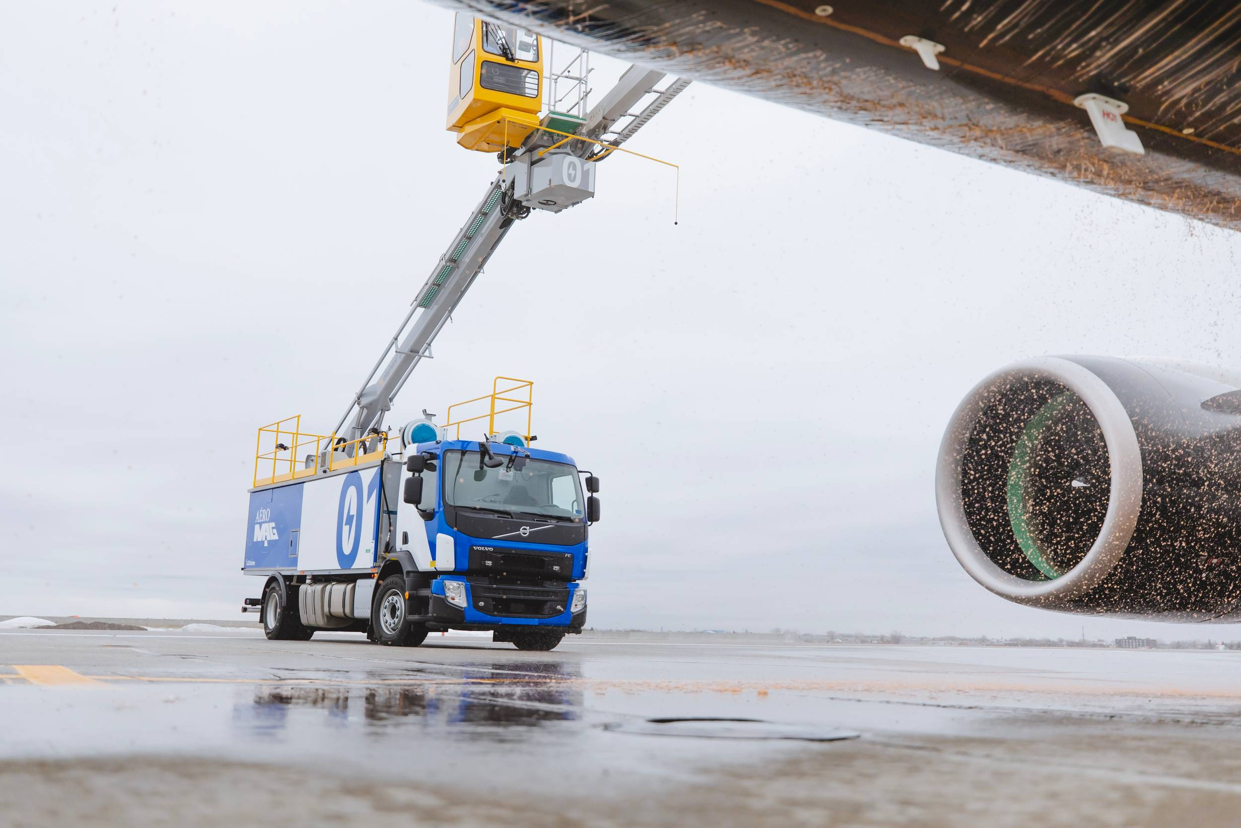 Le nouveau camion d'Aéro Mag en train dégivré un avion